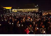 """Rassemblement aux bougies sur la place des Arts pour """"Une heure pour la Terre!"""", 5e anniversaire. Eteignez vos lumières pour affirmer votre appui à la lutte contre le réchauffement climatique. WWF-Canada /  Esplanade de la place des Arts / Montreal / Canada / 2012-03-31, © Photo Marc Gibert / adecom.ca"""