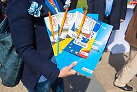 DEU, Deutschland, Germany, Berlin, 23.05.2019: Verteilaktion an einem Wahlkampfstand der CDU auf dem Wittenbergplatz anlässlich der bevorstehenden Europawahl. Flyer von EVP-Spitzenkandidat Manfred Weber (CSU).
