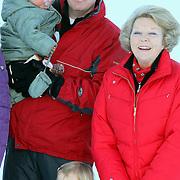 AUT/Lech/20080210 - Fotosessie Nederlandse Koninklijke familie in lech Oostenrijk, Koninging Beatrix, prins Willem-Alexander met dochter Ariane