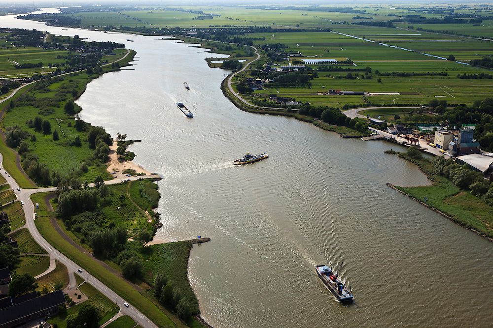 Nederland, Zuid-Holland, Bergambacht, 23-05-2011; Veer Bergstoep in de rivier de Lek ter hoogte van Bergambacht..Ferry in the river Lek near Rotterdam..luchtfoto (toeslag), aerial photo (additional fee required).copyright foto/photo Siebe Swart