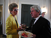 Mrs. Oliver Prenn and Lord Isaacs. Tony Cragg at the River Terrace, Somerset House. 13 September 2001. © Copyright Photograph by Dafydd Jones 66 Stockwell Park Rd. London SW9 0DA Tel 020 7733 0108 www.dafjones.com