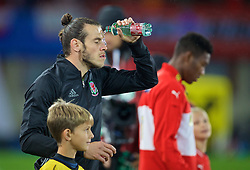VIENNA, AUSTRIA - Thursday, October 6, 2016: Wales' Gareth Bale pours water onto his face from a bottle as he walks out to face Austria before the 2018 FIFA World Cup Qualifying Group D match at the Ernst-Happel-Stadion. (Pic by David Rawcliffe/Propaganda)