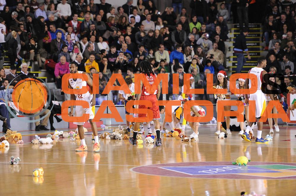 DESCRIZIONE : Roma Lega A 2014-15 Acea Roma EA7 Emporio Armani Milano<br /> GIOCATORE : Teddy Bear Toss<br /> CATEGORIA : curiosit&agrave; spettacolo coreografia<br /> SQUADRA : <br /> EVENTO : Campionato Lega A 2014-2015<br /> GARA : Acea Roma EA7 Emporio Armani Milano<br /> DATA : 21/12/2014<br /> SPORT : Pallacanestro <br /> AUTORE : Agenzia Ciamillo-Castoria/G.Masi<br /> Galleria : Lega Basket A 2014-2015<br /> Fotonotizia : Roma Lega A 2014-15 Acea Roma EA7 Emporio Armani Milano