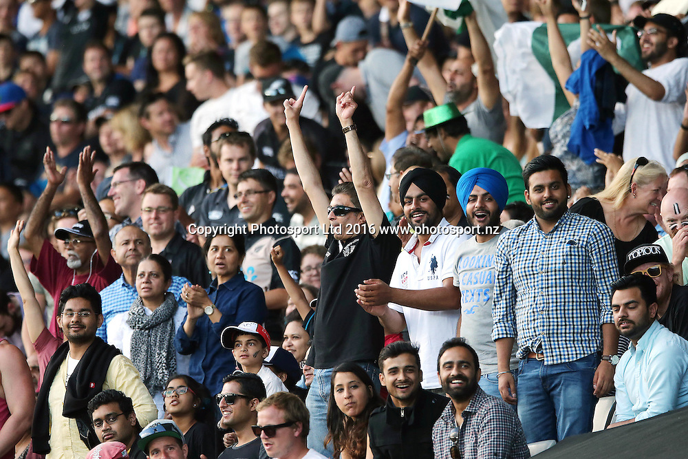 Fans. ANZ International Series, Twenty-20 Match between New Zealand Back Caps and Pakistan at Eden Park in Auckland, New Zealand. 15 January 2016. Photo: Anthony Au-Yeung / www.photosport.nz