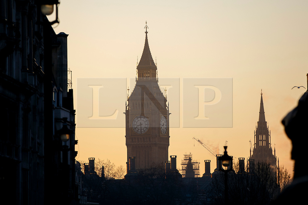 © Licensed to London News Pictures. 20/01/2016. London, UK. People commuting in Westminster whilst temperatures in the capital drop as low as -3C on Wednesday, 20 January 2016. Photo credit: Tolga Akmen/LNP