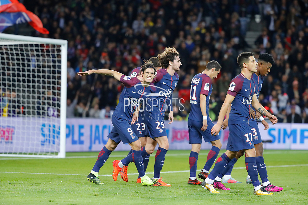Edinson Roberto Paulo Cavani Gomez (psg) (El Matador) (El Botija) (Florestan) scored the second goal and celebrated it , Adrien Rabiot (psg), Angel Di Maria (psg), Yuri Berchiche (PSG), Presnel Kimpembe (PSG) during the French Championship Ligue 1 football match between Paris Saint-Germain and OGC Nice on October 27, 2017 at Parc des Princes stadium in Paris, France - Photo Stephane Allaman / ProSportsImages / DPPI