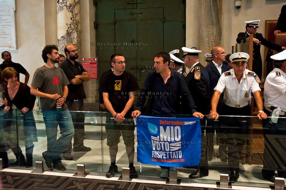 Roma, 11 Giugno 2012.I movimenti del Forum Acqua Bene Comune  protestano nell'Aula del consiglio comunale in Campidoglio contro la cessione del 21% della controllata Acea, l'azienda che si occupa di acqua e servizi.