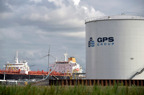 Nederland, Amsterdam, 19-6-2018 Opslagtanks voor chemicalien, brandstof, benzine en diesel. In de terminal van GPS group lost een tanker, tankschip, de lading . FOTO: FLIP FRANSSEN
