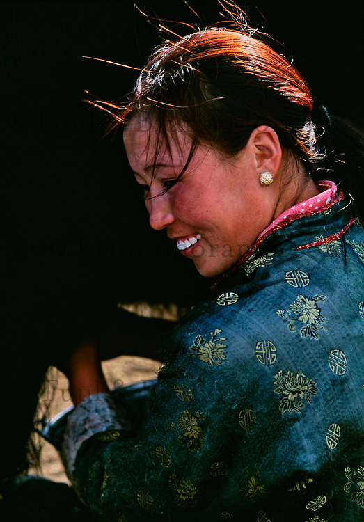 Mongolie, Province d'Ovorkhangai, Vallee de l'Orkhon , Traite des yaks // Mongolia, Ovorkhangai province, Orkhon valley, nomadic woman