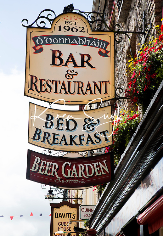 KILLARNEY (KERRY) -IERLAND, uithangborden, Bar, Restaurant, Bed & Breakfast, B&B, Beer Garden, COPYRIGHT KOEN SUYK