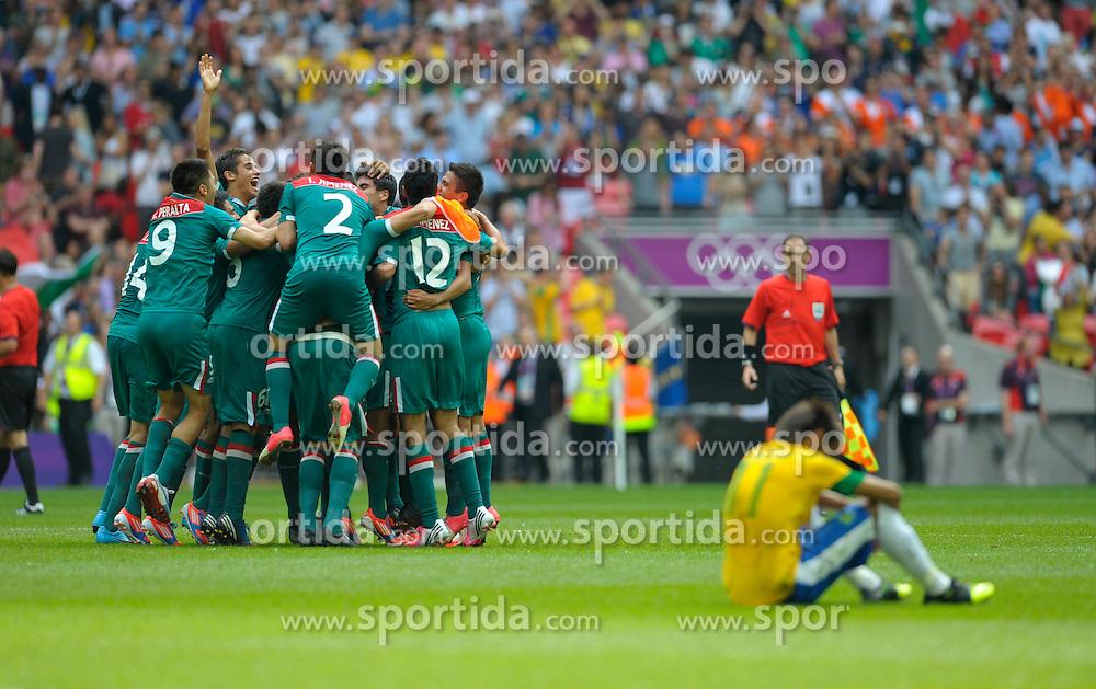 Olympics: Football, Final, Mexico - Brazil, London, 11.08.2012.Mexico celebrates (left), Neymar (BRA) looks dejected.©pixathlon.