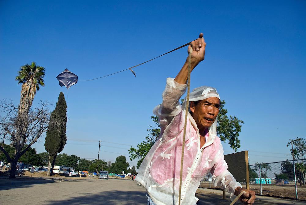 Engl.: Camp Hope, a  tent city for the homeless in Ontario, California.Mr. Ling, the artist of the tent city, flying his kite.<br /> German: Camp Hope, eine Zeltstadt fuer Obdachlose in Ontario, Kalifornien.Mr. Ling, der Kuenstler der Zeltstadt, laesst einen selbstgebauten Drachen steigen..Fotos &copy; Stefan Falke..