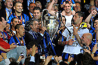 FUSSBALL      CHAMPIONS LEAGUE FINALE     SAISON  2009/2010 FC Bayern Muenchen - Inter Mailand      22.05.2010 JUBEL mit Pokal Massimo Moratti, Marco Materazzi (v.li., Inter)