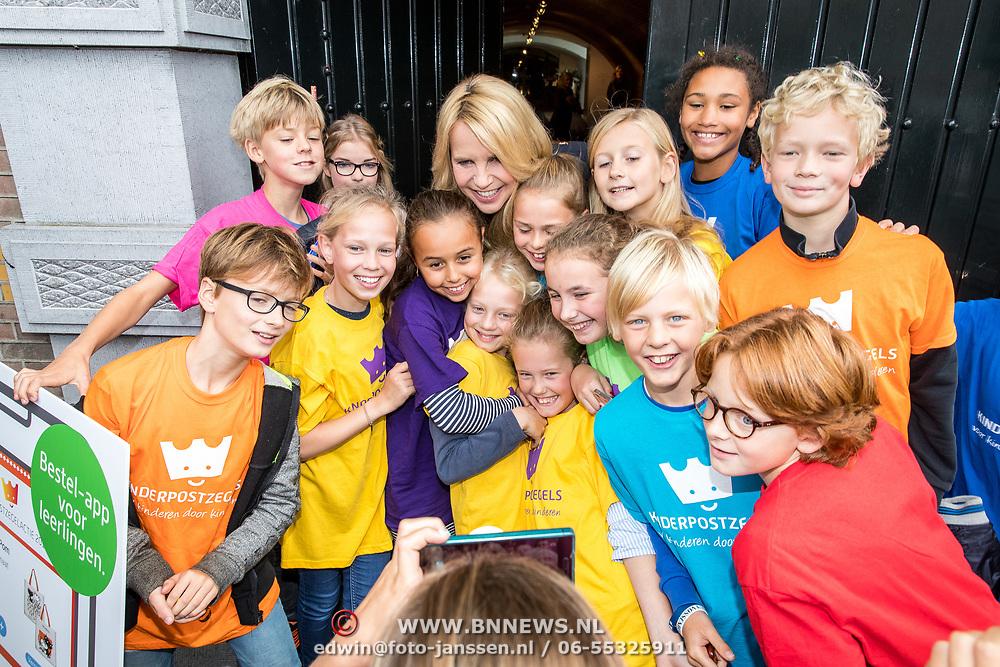 NLD/Naarden/20170926 - Overhandiging 1e kinderpostzegels aan Linda de Mol en neemt selfies met de kinderen