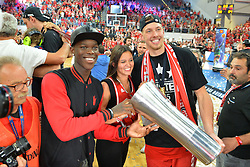 21.06.2015, Brose Arena, Bamberg, GER, Beko Basketball BL, Brose Baskets Bamberg vs FC Bayern Muenchen, Playoffs, Finale, 5. Spiel, im Bild Nationalspieler Dennis Schroeder (Atlanta Hawks / NBA / links) und Daniel Theis (Brose Baskets Bamberg / rechts) praesentieren den Meister-Pokal. // during the Beko Basketball Bundes league Playoffs, final round, 5th match between Brose Baskets Bamberg and FC Bayern Muenchen at the Brose Arena in Bamberg, Germany on 2015/06/21. EXPA Pictures &copy; 2015, PhotoCredit: EXPA/ Eibner-Pressefoto/ Merz<br /> <br /> *****ATTENTION - OUT of GER*****