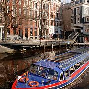 NLD/Amsterdam/20070315 - Rondvaartboot door de gracht