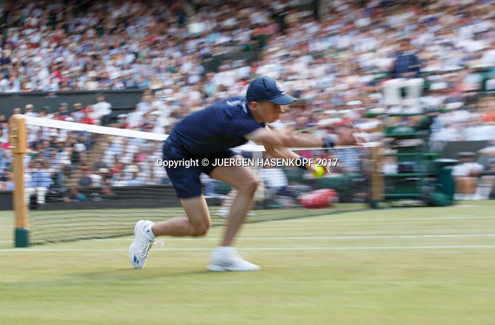 Wimbledon Feature, Balljunge in Aktion, Bewegungsunschaerfe,Mitzieher,<br /> <br /> Tennis - Wimbledon 2017 - Grand Slam ITF / ATP / WTA -  AELTC - London -  - Great Britain  - 10 July 2017.