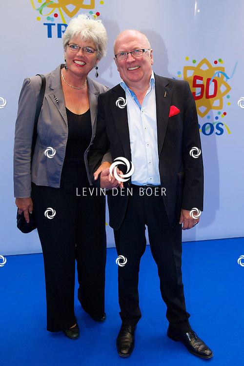 AMSTERDAM - 50 Jaar Tros is gevierd in theater Carré met heel veel bekende Nederlanders uit de Tros wereld. Met hier op de foto Harry Slinger en partner Marijke van der Pol. FOTO LEVIN DEN BOER - PERSFOTO.NU