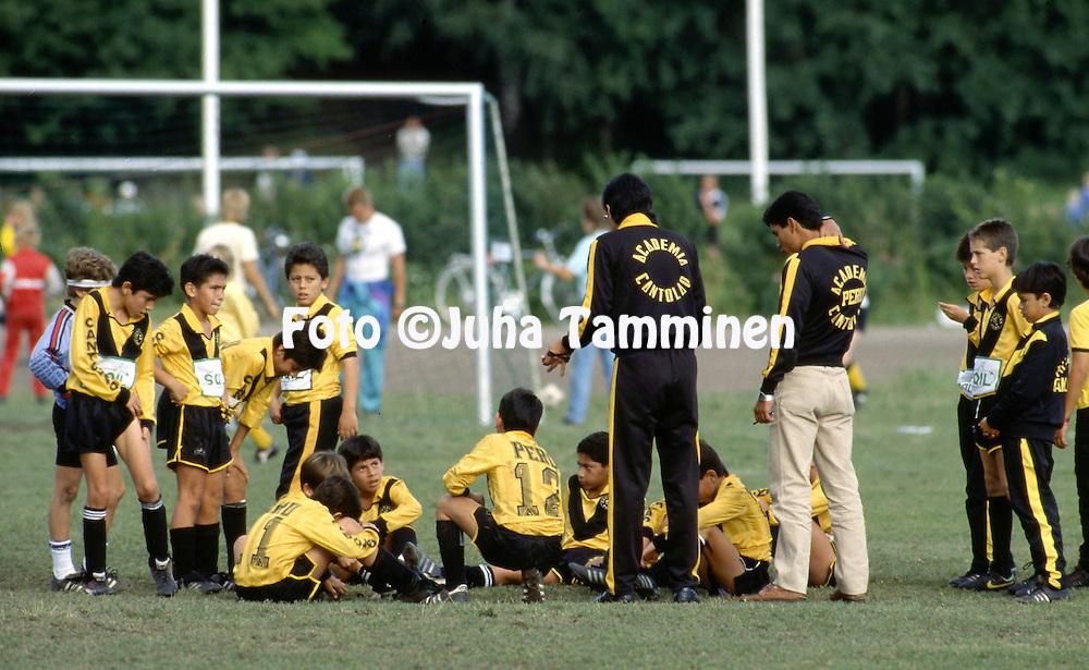 12.7.1988 - Helsinki Cup 1988.<br /> K&auml;pyl&auml;n Ravirata, Helsinki.<br /> Boys D-12, Team talk of Academia Cantolao (Peru)