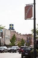 Gatuvy i Andersonville.<br /> <br /> En kopia av det gamla vattentornet med svenska flaggan &auml;r sedan augusti 2017 p&aring; plats p&aring; taket av The Swedish American Museum. Orginalen hade rostat s&ouml;nder och togs ned tre &aring;r tidigare.<br /> <br /> Chicago, IL, USA<br /> <br /> Foto: Christina Sj&ouml;gren