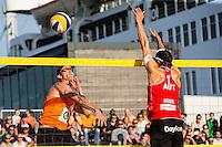 ROTTERDAM - Poulewedstrijd Brouwer/Meeuwsen - Huver/Seidl , Beachvolleybal , WK Beach Volleybal 2015 , 27-06-2015 , Robert Meeuwsen (l) slaat de bal langs Robin Seidl uit Oostenrijk (r)