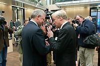 07 NOV 2003, BERLIN/GERMANY:<br /> Roland Koch (L), CDU, Ministerpraesident Hessen, und Ole von Beust (R), CDU, 1. Buergermeister Hamburg, im Gespraech, vor Beginn einer Sitzung des Bundesrates, Plenum, Bundesrat<br /> IMAGE: 20031107-01-002<br /> KEYWORDS: Gespräch