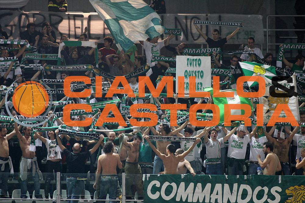 DESCRIZIONE : Roma Lega A1 2008-09 Lottomatica Virtus Roma Montepaschi Siena<br /> GIOCATORE : Tifo Tifosi Fan Fans Supporter Supporters<br /> SQUADRA : Montepaschi Siena<br /> EVENTO : Campionato Lega A1 2008-2009 <br /> GARA : Lottomatica Virtus Roma Montepaschi Siena<br /> DATA : 16/11/2008 <br /> CATEGORIA :<br /> SPORT : Pallacanestro <br /> AUTORE : Agenzia Ciamillo-Castoria/E.Castoria