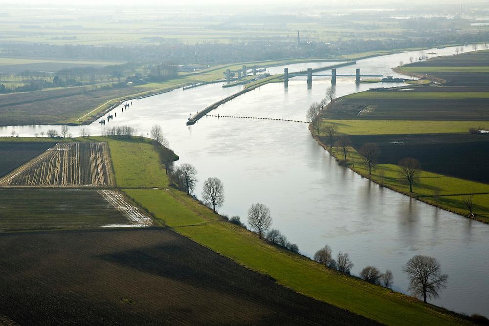 Nederland, Noord-Brabant, Lith, 11-02-2008; stuw in de rivier de Maas, dient om de waterloop te reguleren en het peil te beheren; links boven het complex het dorpje Lith; de Maas is een regenrivier, met met name in de winter grote wateraanvoer (ook door smeltwater), in de zomer (droogte) zorgt de stuw er voor dat de schepvaart kan blijven doorgaan; in Lith zijn twee sluizen en is naast de stuw een waterkrachtcentrale gebouwd; sluis en stuw zijn voltooid in 1936, nu rijksmonument; sluis, sluiskolk, schutten.luchtfoto (toeslag); aerial photo (additional fee required); .foto Siebe Swart / photo Siebe Swart