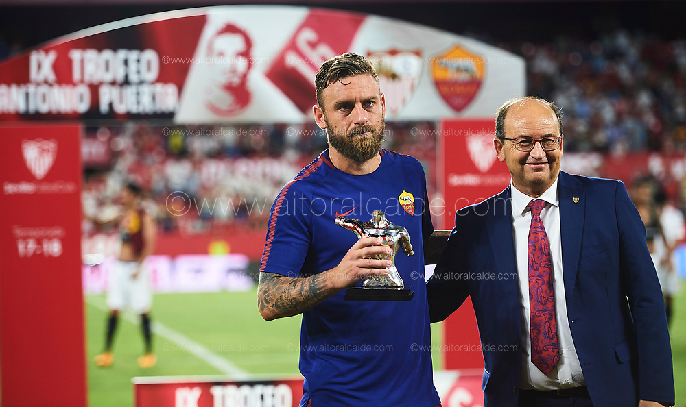 SEVILLE, SPAIN - AUGUST 10:  Daniele De Rossi of Sevilla FC (L) and President of Sevilla FC Pepe Castro (R) poses with the trophy during a Pre Season Friendly match between Sevilla FC and AS Roma at Estadio Ramon Sanchez Pizjuan on August 10, 2017 in Seville, Spain. (Photo by Aitor Alcalde/Getty Images)