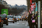 Frankrijk, Parijs, 28-3-2010Verkeer op de Avenue des Champs Elysees.  Exterieur.Foto: Flip Franssen/Hollandse Hoogte
