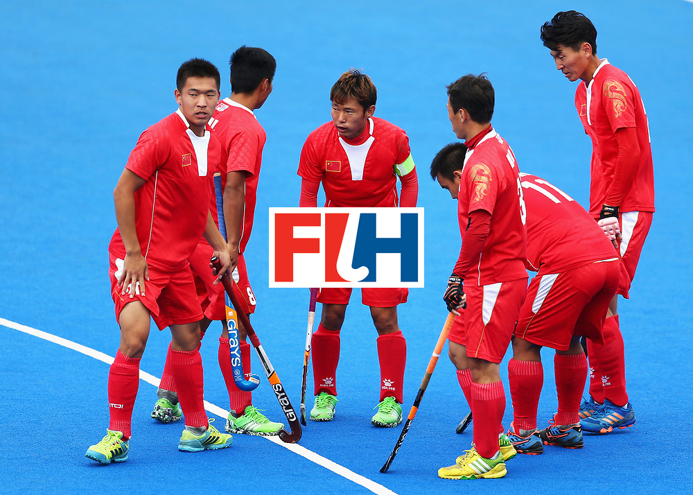 LONDON, ENGLAND - JUNE 25: Chen Du of China speaks to his players during the 7th/8th place match between Pakistan and China on day nine of the Hero Hockey World League Semi-Final at Lee Valley Hockey and Tennis Centre on June 25, 2017 in London, England.  (Photo by Steve Bardens/Getty Images)