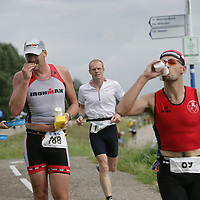Nederland.Almere Haven.27 augustus 2005.<br /> Tijdens de Holland Triathlon in Almere Haven waren er verschillende waterposten voor de tri-athlon atleten.Sport.Hardlopen.Marathon.Dorst.afkoeling.Spons met water.Conditie.Doorzettingsvermogen.<br /> Participants in the Holland Triathlon 2005.