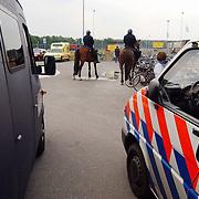 SV huizen - Harkemasche Boys 2-2, ME, mobiele eenheid, politiepaarden, GBO bus