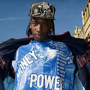 Nederland Rotterdam 14 maart 2008 20080314 .Allochtone jongere/ rapper uit achterstandswijk Hillesluis Rotterdam poseert voor camera en toont zijn tshirt met leuzen ..Foto David Rozing