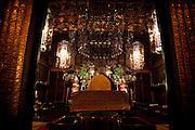 (En) January 2010 - Koyasan, Japan.  Evening zen ceremony at Rengejo-in temple. After a brief chant, the monk is concentrating on his brething during 40 min. (Fr) Janvier 2010 - Koyasan, Japon. Au temple Rengejo-in, seance zen de l'apres-midi. Apres une courte priere, le moine s'immobilise pendant 40 minutes et se concentre sur sa respiration.