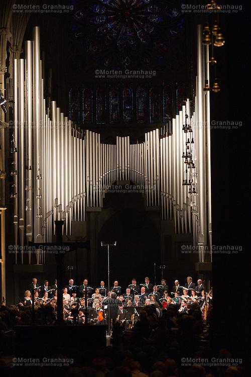 Messe i h-moll, med Ren&eacute; Jacobs.<br /> Nidarosdomen, tirsdag 29. juli 2014.<br /> <br /> Da kurfyrst Friedrich August den 1. av Sachsen d&oslash;de 1. februar 1733, ble det beordret landesorg i Tyskland, med forbud mot &aring; framf&oslash;re musikk helt frem til sommeren samme &aring;r. Denne v&aring;ren brukte den da 48 &aring;r gamle Johann Sebastian Bach til &aring; skrive musikk.<br /> <br /> Messen ble fullf&oslash;rt f&oslash;rst i 1748 som det siste av Bachs kirkelige storverker.<br /> <br /> Dirigent: Ren&eacute; Jacobs, Belgia<br /> Sopran: Sunhae Im, S&oslash;r-Korea<br /> Mezzosopran: Marianne Beate Kielland, Norge<br /> Alt: Benno Schachtner, Tyskland<br /> Tenor: Werner G&uuml;ra, Tyskland<br /> Bass: Johannes Weisser, Norge<br /> <br /> Musikk: Norsk Barokkorkester, leder Gottfried von der Goltz<br /> Kor: Purcell Choir, Budapest