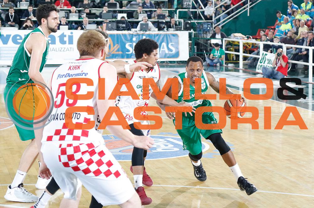 DESCRIZIONE : Avellino Lega A 2015-16 Play Off Gara 1 Sidigas Avellino Giorgio Tesi Group Pistoia <br /> GIOCATORE : James Nunnally<br /> CATEGORIA : palleggio<br /> SQUADRA : Sidigas Avellino <br /> EVENTO : Campionato Lega A 2015-2016 <br /> GARA : Sidigas Avellino Giorgio Tesi Group Pistoia<br /> DATA : 07/05/2016<br /> SPORT : Pallacanestro <br /> AUTORE : Agenzia Ciamillo-Castoria/A. De Lise <br /> Galleria : Lega Basket A 2015-2016 <br /> Fotonotizia : Avellino Lega A 2015-16 Play Off Gara 1 Sidigas Avellino Giorgio Tesi Group Pistoia