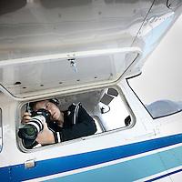 Nederland, Lelystad airport , 14 juni 2010..Luchtfotograaf Bern Verhoeff van Top Shot tijdens het fotograferen vanuit een Cessna vliegtoestel..Aerial photographer of Bern Verhoeff Top Shot while shooting from a Cessna plane.