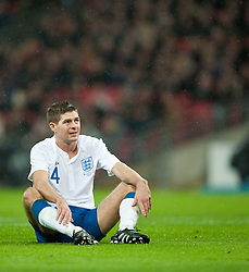 17.11.2010, Wembley Stadium, London, ENG, Freundschaftliches Laenderspiel, England vs Frankreich, im Bild England's Steven Gerrard looks dejected// during the International Friendly match England vs France in London at Wembley Stadium on 17/11/2010, EXPA Pictures © 2010, PhotoCredit: EXPA/ Propaganda/ D. Rawcliffe *** ATTENTION *** UK OUT!