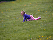 "Spielendes Mädchen auf dem Berg ""Poklonnaja Gora"" in Moskau.  <br /> <br /> Playing girl at Poklonnaya Gora (Bowing Hill) in Moscow."