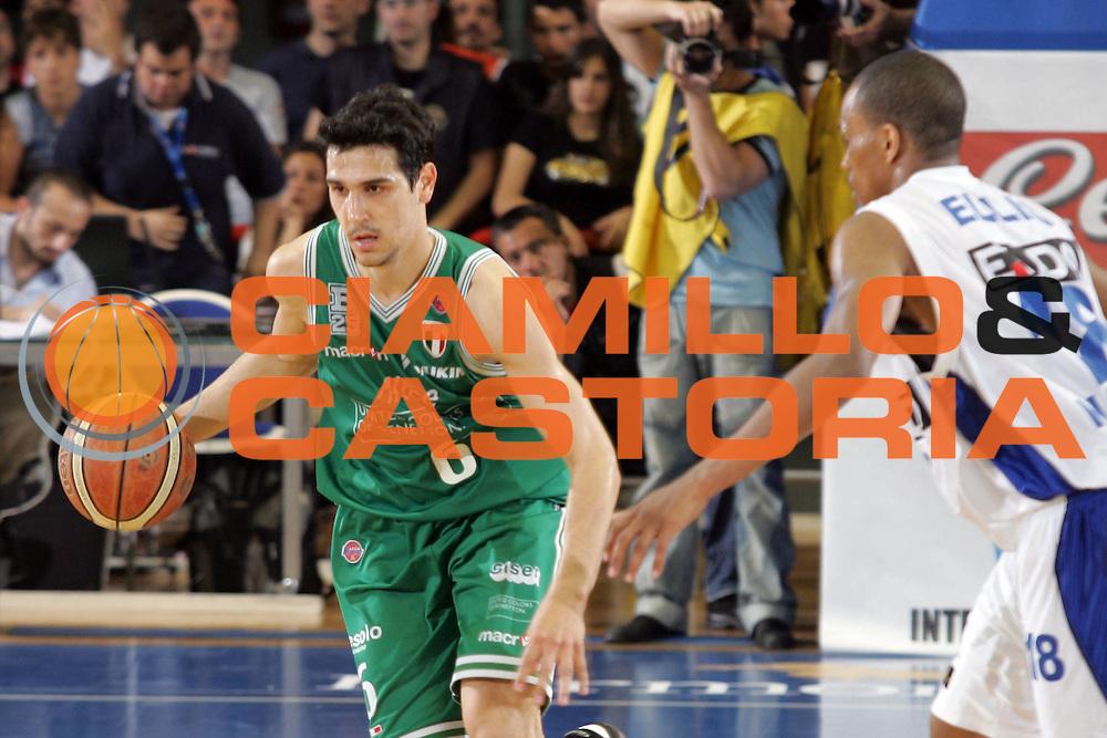 DESCRIZIONE : Napoli Lega A1 2006-07 Eldo Napoli Benetton Treviso <br /> GIOCATORE : Zizis<br /> SQUADRA : Benetton Treviso<br /> EVENTO : Campionato Lega A1 2006-2007 <br /> GARA : Eldo Napoli Benetton Treviso<br /> DATA : 13/05/2007<br /> CATEGORIA : Palleggio<br /> SPORT : Pallacanestro <br /> AUTORE : Agenzia Ciamillo-Castoria/A.De Lise <br /> Galleria : Lega Basket A1 2006-2007 <br /> Fotonotizia : Napoli Campionato Italiano Lega A1 2006-2007 Eldo Napoli Benetton Treviso <br /> Predefinita :