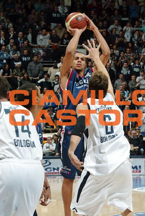 DESCRIZIONE : Bologna Lega A1 2005-06 Climamio Fortitudo Bologna Angelico Biella<br /> GIOCATORE : Sefolosha<br /> SQUADRA : Angelico Biella<br /> EVENTO : Campionato Lega A1 2005-2006<br /> GARA :  Climamio Fortitudo Bologna Angelico Biella<br /> DATA : 30/12/2005 <br /> CATEGORIA : <br /> SPORT : Pallacanestro <br /> AUTORE : Agenzia Ciamillo-Castoria/G.Livaldi<br /> Galleria : Lega Basket A1 2005-2006<br /> Fotonotizia : Bologna Lega A1 2005-06  Climamio Fortitudo Bologna Angelico Biella<br /> Predefinita :