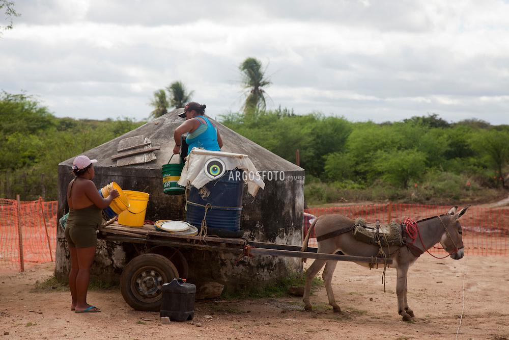 Mulheres retiram agua no poco em frente a capela do Sitio Fazendinha, na cidade de Custodia./ Women draw water from the well in front of the chapel Sitio Fazendinha,na cidade de Custodia.