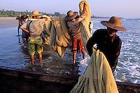 Myanmar (ex Birmanie), Etat d'Ayeyarwaddy, Pêcheur sur la plage de Ngwesaung // Myanmar (Burma), Ayeyarwaddy state, Fisherman at Ngwesaung beach