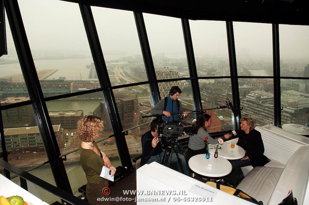 NLD/Rotterdam/20060111 - Persconferentie Musicals in Ahoy 2006, Hans klok word geinterviewd door RTL Boulevard