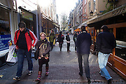 Voetgangers lopen door Utrecht.<br />