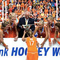 DEN HAAG - Rabobank Hockey World Cup<br /> 38 Final: Netherlands - Australia<br /> Netherlands world champion.<br /> Foto: Maartje Paumen with the cup.<br /> COPYRIGHT FRANK UIJLENBROEK FFU PRESS AGENCY