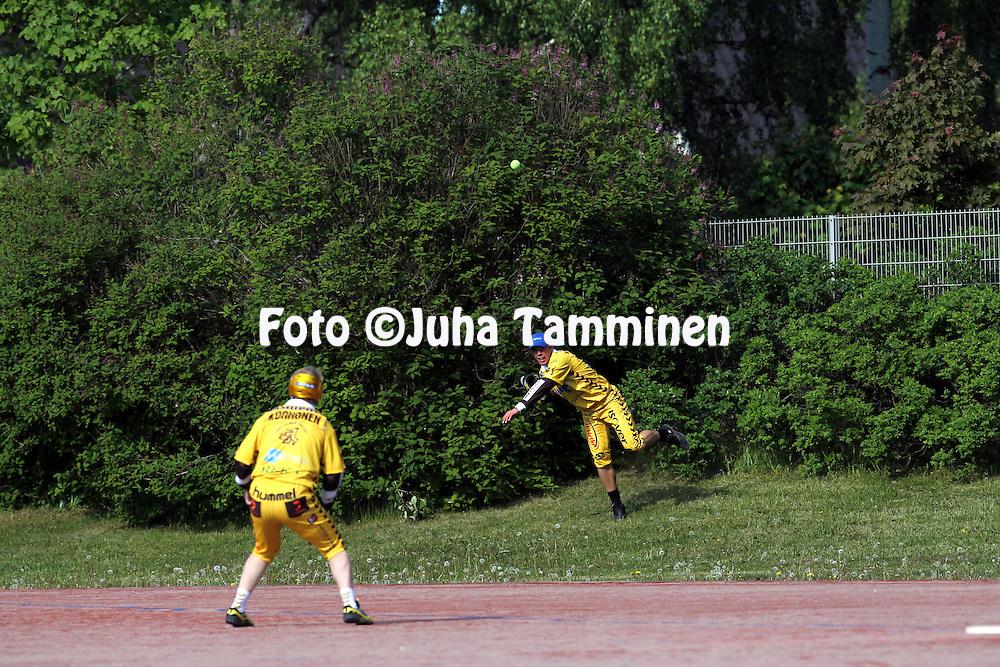 5.6.2011, Pihkala, Hyvink??..Superpesis 2011, Hyvink??n Tahko - Nurmon Jymy..Tahkon Iiro Haimi heitt?? pallon pusikosta Juha Korhoselle..