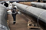 Nederland, Zevenaar, 22-11-2018De Gasunie legt een nieuwe gasleiding aan langs het toekomstige trace van de verlengde A15 snelweg. Hoewel nog niet duidelijk is wanneer met die verlenging begonnen wordt. De bestaande leiding ligt er precies onder dus verplaatst de Gasunie dit stuk gasleiding alvast . Een gespecialisserd bedrijf maakt de lassen schoon met vuur en grid waarna er een beschermende coating op komt. Lassen,laswerk,las.Foto: Flip Franssen