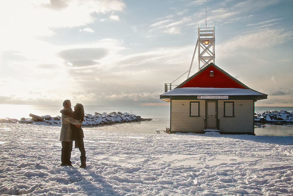 Couple embraces next to the Leuty Lifesaving Station, on the shores of the Beaches neighbourhood, Toronto (Canada).